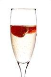 Vetro di champagne con la fragola all'interno Fotografia Stock