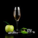 Vetro di Champagne con la mela fotografia stock libera da diritti