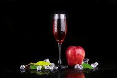 Vetro di Champagne con la mela immagine stock libera da diritti