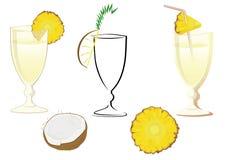 Vetro di cocktail con l'ananas e la noce di cocco Immagine Stock