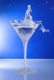 Vetro di cocktail con l'uomo o la donna che seleziona l'anello Fotografia Stock