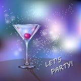 Vetro di cocktail con la ciliegia in sui precedenti brillanti e lucidi con le scintille Fotografia Stock Libera da Diritti