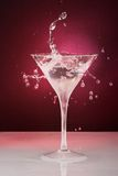 Vetro di cocktail con le gocce e l'anello Immagini Stock