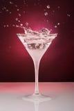 Vetro di cocktail con le gocce e l'anello Fotografia Stock