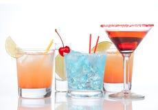 Vetro di cocktail cosmopolita di cocktailini dell'alcool rosso dei cocktail a Fotografie Stock Libere da Diritti