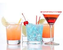 Vetro di cocktail cosmopolita di cocktailini dell'alcool rosso dei cocktail a Immagine Stock