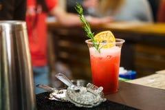 Vetro di cocktail dell'alcool sul contatore della barra Coctail fresco su un fondo di colore in vetro di plastica con la pro roba Fotografia Stock Libera da Diritti