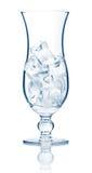 Vetro di cocktail di Highball in pieno dei cubi di ghiaccio isolati fotografia stock