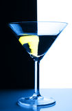 Vetro di cocktail sopra la priorità bassa di contrasto Immagine Stock