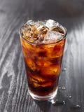 Vetro di cola con ghiaccio. Fotografia Stock