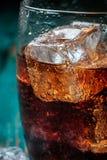 Vetro di cola con ghiaccio Primo piano Fotografie Stock Libere da Diritti