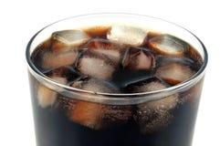 Vetro di cola con i cubi di ghiaccio immagini stock libere da diritti