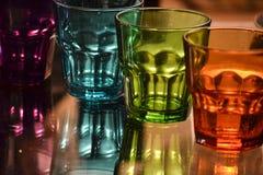 Vetro di colore sulla tavola trasparent immagini stock