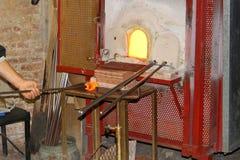 Vetro di fabbricazione in un forno tradizionale Immagini Stock