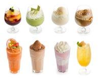 Vetro di frappé con le bacche del gelato e del succo di frutta sul whi Fotografie Stock Libere da Diritti