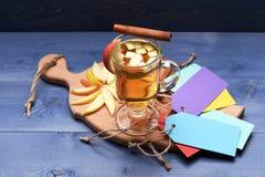 Vetro di glintwein delizioso con la mela Fotografia Stock