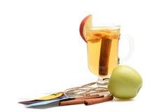 Vetro di glintwein delizioso con la mela Immagini Stock
