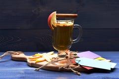 Vetro di glintwein delizioso con la mela Immagine Stock Libera da Diritti