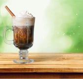 Vetro di irish coffee su fondo fotografia stock libera da diritti
