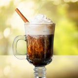 Vetro di irish coffee su fondo fotografie stock