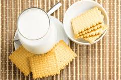 Vetro di latte con i biscotti Immagini Stock