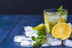 Vetro di limonata con le foglie ed i cubetti di ghiaccio di menta Immagini Stock Libere da Diritti