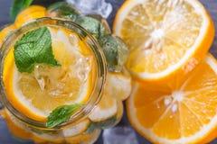 Vetro di limonata fresca con la menta ed il ghiaccio, fette di agrume Immagini Stock Libere da Diritti