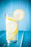 Vetro di limonata organica su fondo di legno Fotografia Stock Libera da Diritti