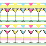 Vetro di Martini con le bevande variopinte nello stile inciso Modello senza cuciture dei vetri su fondo a strisce Immagini Stock