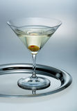 Vetro di martini con oliva Immagini Stock