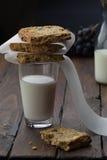 Vetro di melk con i bisquits su  fotografia stock libera da diritti