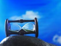 Vetro di ora contro cielo blu fotografie stock libere da diritti