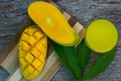 Vetro di rinfresco del succo tropicale del mango di Alphonso, vista superiore Fotografie Stock Libere da Diritti