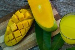 Vetro di rinfresco del succo tropicale del mango di Alphonso, vista superiore Immagini Stock