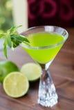 Vetro di rinfresco della limonata fredda della calce con la menta su una tavola di legno in un ristorante con una decorazione cre Immagini Stock Libere da Diritti
