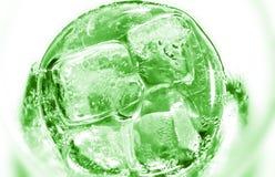 Vetro di rinfresco della limonata tropicale del kiwi con ghiaccio e la menta sopra Immagini Stock