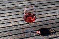 Vetro di Rose Wine alla luce naturale del giardino Fotografie Stock Libere da Diritti