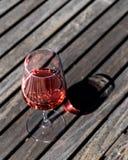 Vetro di Rose Wine alla luce naturale del giardino Immagini Stock Libere da Diritti