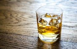 Vetro di rum sui precedenti di legno Immagine Stock Libera da Diritti