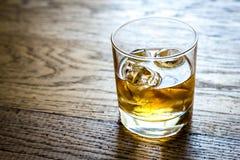 Vetro di rum sui precedenti di legno Immagine Stock
