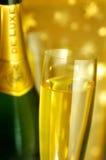 Vetro di scanalatura e una bottiglia di Champagne Immagini Stock Libere da Diritti
