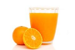 Vetro di succo d'arancia con le fette arancio Fotografie Stock Libere da Diritti