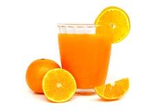 Vetro di succo d'arancia con le fette arancio Fotografia Stock