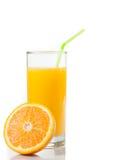 Vetro di succo d'arancia con paglia ed a metà arancio con spazio per testo fotografia stock libera da diritti