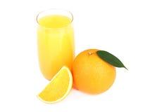 Vetro di succo d'arancia e di frutta arancio isolati su bianco Fotografie Stock