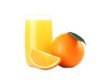 Vetro di succo d'arancia e di frutta arancio isolati su bianco Fotografia Stock