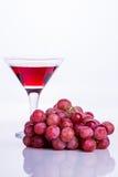 Vetro di succo d'uva e un mazzo di uva Fotografie Stock Libere da Diritti
