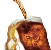Vetro di versamento e di straripamento della birra della pinta Fotografie Stock Libere da Diritti