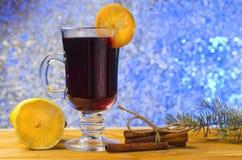 Vetro di vin brulé ai precedenti di Natale fotografia stock libera da diritti