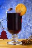 Vetro di vin brulé ai precedenti di Natale fotografia stock